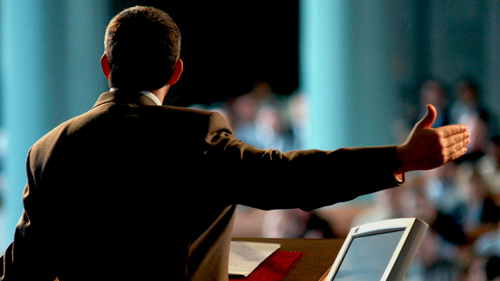 Pastor-pulpito-de-espaldas