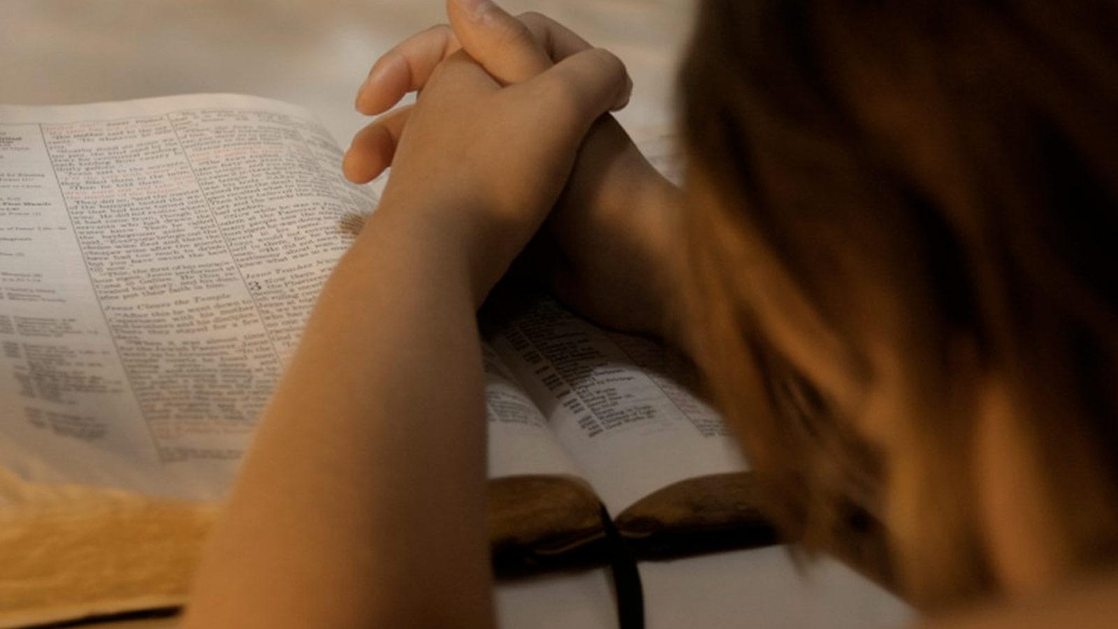 mujer-orando-biblia